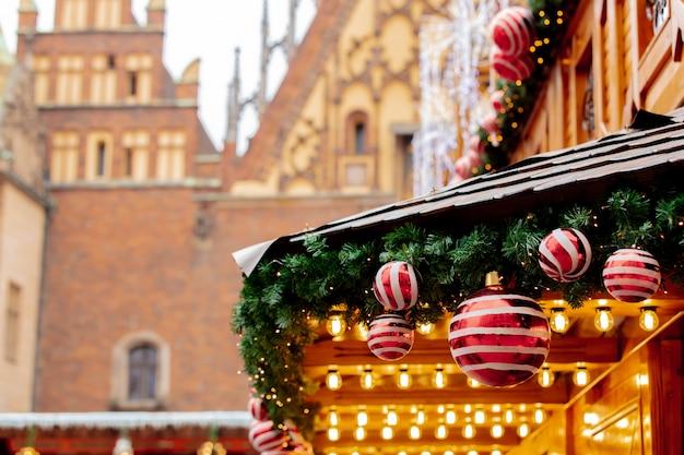 Árbol de navidad deocration, adornos en el mercado de wroclaw, polonia