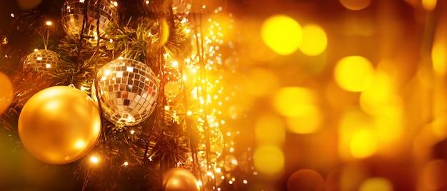 Árbol de navidad y desenfoque bokeh luces banner fondo.