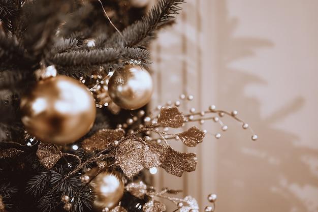 Árbol de navidad festivo decorado con juguetes de navidad bolas doradas celebración de vacaciones de invierno