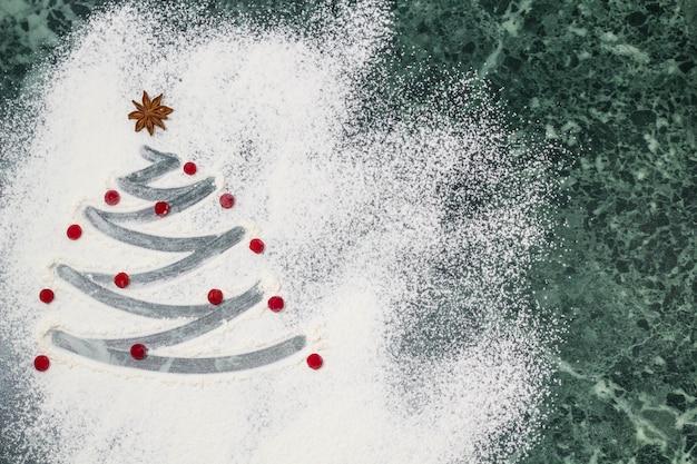 Árbol de navidad con la harina, las bayas y las especias de anís estrellado como decoración - horneado casero