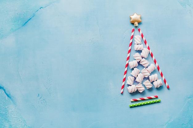 Árbol de navidad hecho de beber papel de colores