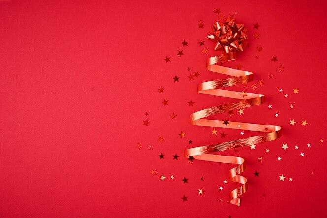 Árbol de navidad hecho de cinta festiva y confeti.
