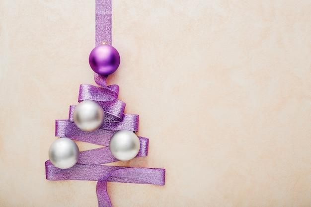 Árbol de navidad hecho de cinta morada