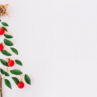 árbol de navidad hecho de folletos verdes.