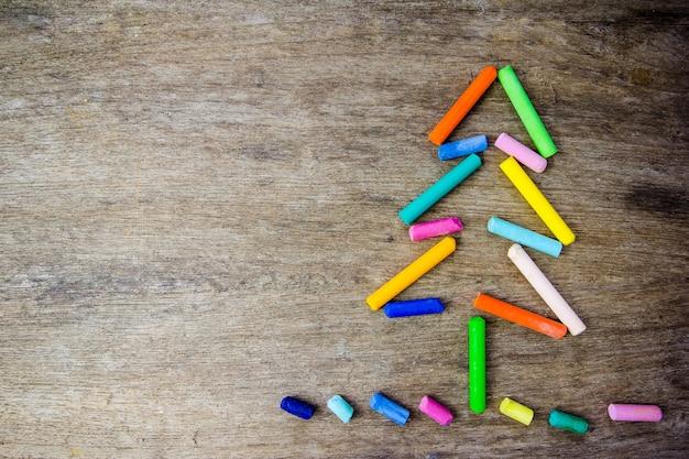 árbol de navidad hecho de lápices de colores