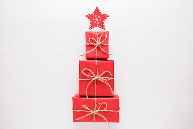 Árbol de navidad hecho de regalos y regalos coloridos. lay flat. concepto de vacaciones