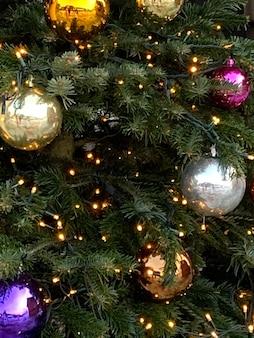 Árbol de navidad con hermosas bolas decorativas y luces.