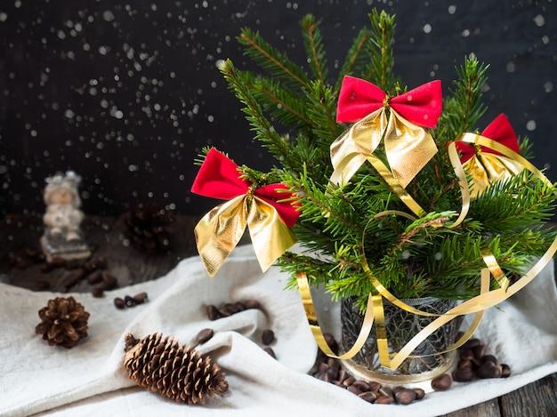 Árbol de navidad con lazos rojos, diciembre vacaciones de invierno decoración navideña.
