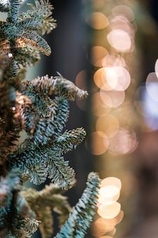 Árbol de navidad y luces de navidad bokeh en el. escena de invierno
