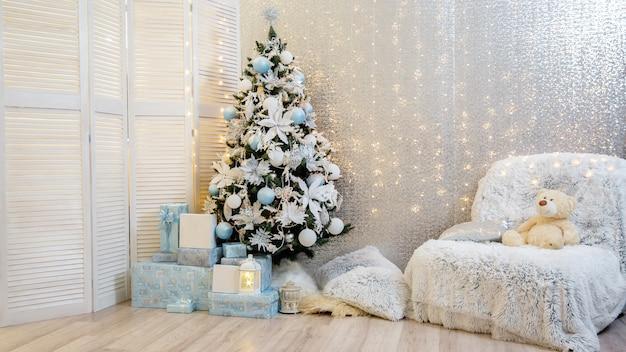 Árbol de navidad y luces.