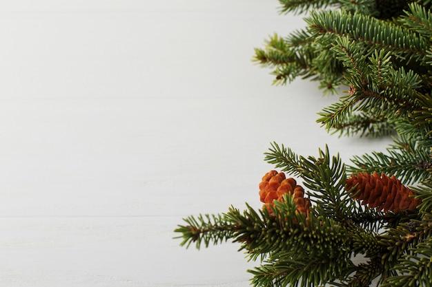 Árbol de navidad en una mesa de madera blanca preparación para escribir el texto,.
