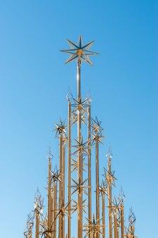Árbol de navidad metálico dorado