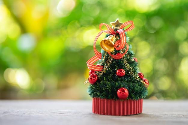 Árbol de navidad en miniatura celebra la navidad