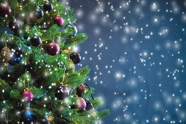 Árbol de navidad en la noche decoraciones.