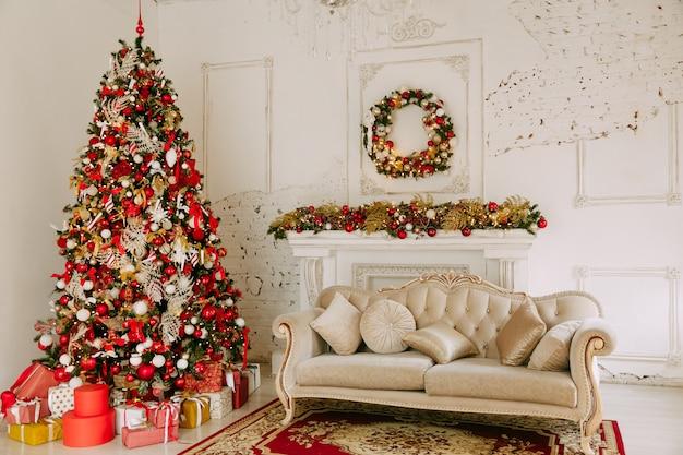 Árbol de navidad con regalos debajo en la sala de estar
