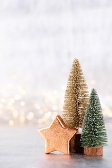 Árbol de navidad sobre fondo plateado