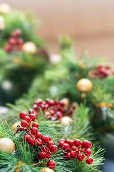 Árbol de navidad y sus adornos bien decorados ubicados en bandung, indonesia.
