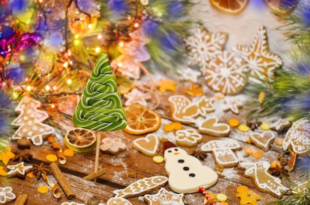 Árbol de navidad verde caramelo. piruletas en forma de abeto. colorido arbol de navidad