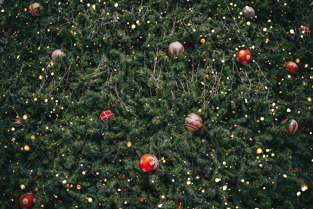 Árbol de navidad vintage con decoración de bolas y efecto de filtro de luz brillante