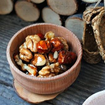 Árbol de nueces de miel rústico