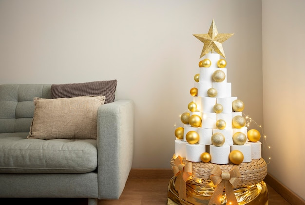 Árbol de papel higiénico navideño con bolas navideñas doradas