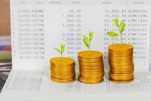 Árbol que crece en la pila de las monedas, concepto de crecimiento de la inversión.