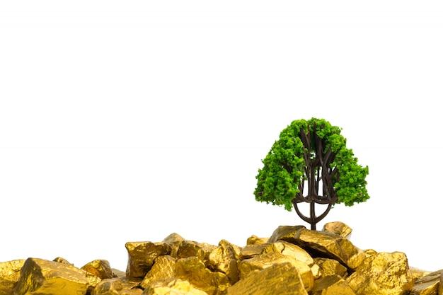 Árbol que crece en la pila de pepitas de oro