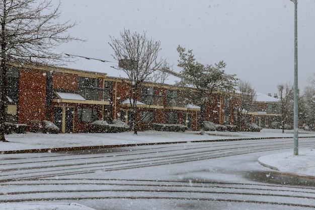 Árboles cubiertos de nieve en el parque de la ciudad. tormenta de nieve