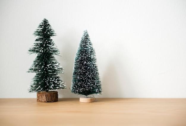 Árboles de navidad con fondo de espacio de diseño