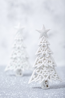 Árboles de navidad con purpurina brillante en plateado y blanco
