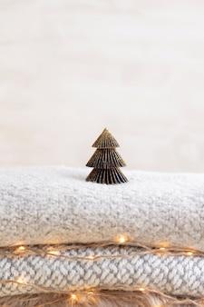 Arbolitos de navidad y luces doradas bokeh.