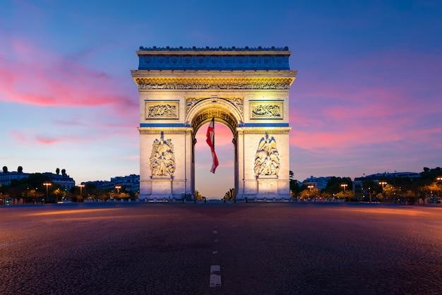 Arc de triomphe de paris en la noche en parís, francia.