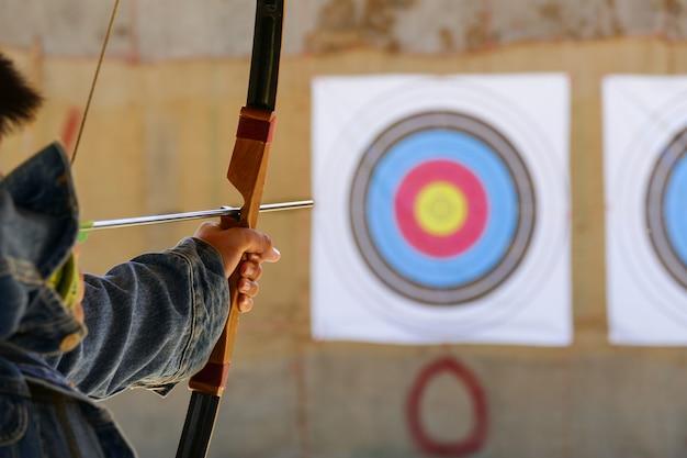 Archer está apuntando el tiro con arco al objetivo.