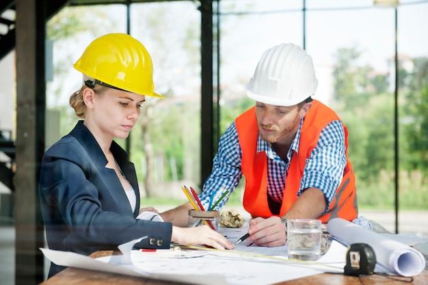 Architect engineer discussion lluvia de ideas concepto de construcción