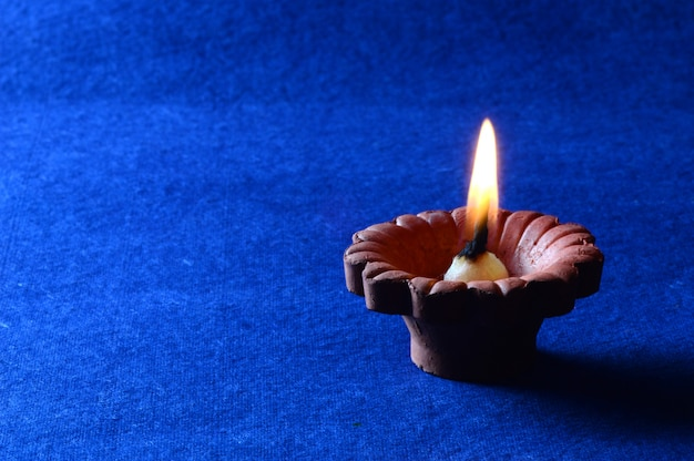 Arcilla diya lámparas encendidas durante la celebración de diwali. diseño de tarjeta de felicitación festival hindú de luz hindú llamado diwali
