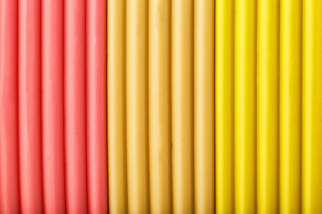 Arcilla suave de briquetas de color rosa, beige y amarillo para modelar