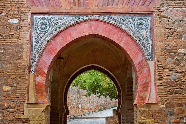 Arco de la alhambra puerta del vino en granada.