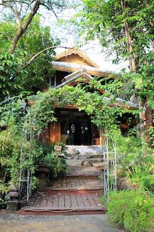 Arco de árbol y camino a pie en jardín