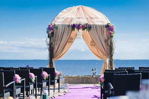 Arco de boda de la novia y el novio decorado con flores de rosas.