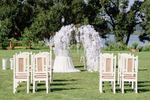 Arco de bodas para la ceremonia en la naturaleza.