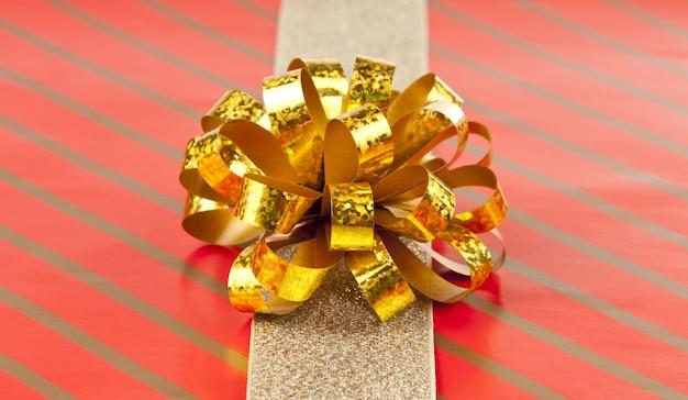 Arco y cinta dorada