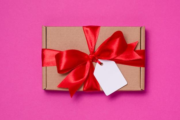 Arco de cinta de regalo romántico del día de san valentín, etiqueta de regalo, presente, fondo rosa transparente