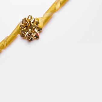 Arco dorado y lazo en decoración.