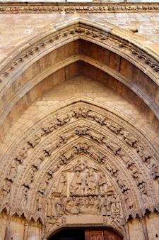 Arco gótico de la catedral de león en castilla españa