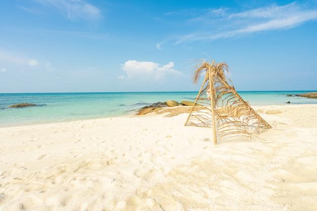 Arco de hoja de coco en la playa, vacaciones de verano, tiempo relajante.