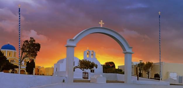 Arco, iglesia y campanarios en el pueblo de oia, isla de santorini, grecia