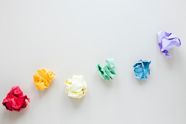 Arco iris hecho de bolas de papel arrugadas de colores