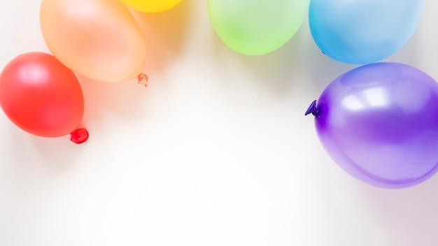 Arco iris hecho de globos de aire