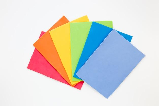 Arco iris hecho de papeles de colores