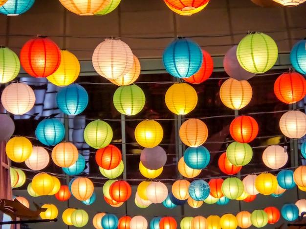 Arco iris de interior de la lámpara de japón interior en la plaza pública de noche en el norte central pattaya